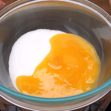 Сначала замесим тесто для торта..  В миску насыпаем 100 г сахара и добавляем к нему полстакана меда. Все ставим на паровую баню, дно миски не должно касаться воды.