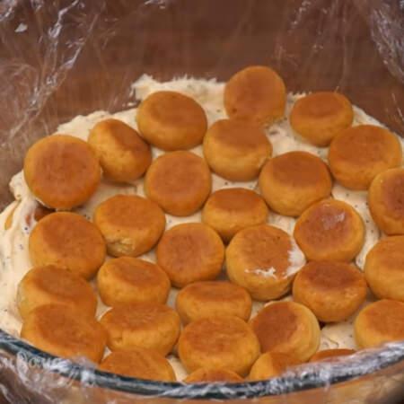 А затем шарики. Так складываем торт, пока не закончятся все нгредиенты.