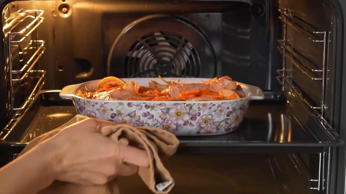 Все ставим в духовку разогретую до 180 град. Запекаем приблизительно 40-45 минут. Испеченное мясо достаем из духовки и подаем на стол горячим