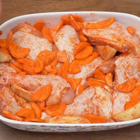В подготовленную форму выкладываем сначала мясо, а затем между кусочками мяса кладем овощи.