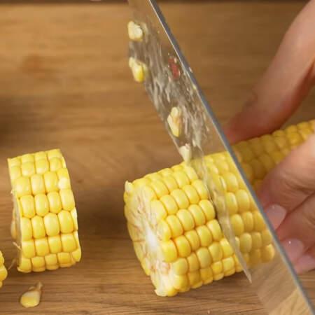 Сначала подготовим овощи. 2 початка кукурузы нарезаем небольшими кружочками. Желательно брать молодую кукурузу молочной спелости.