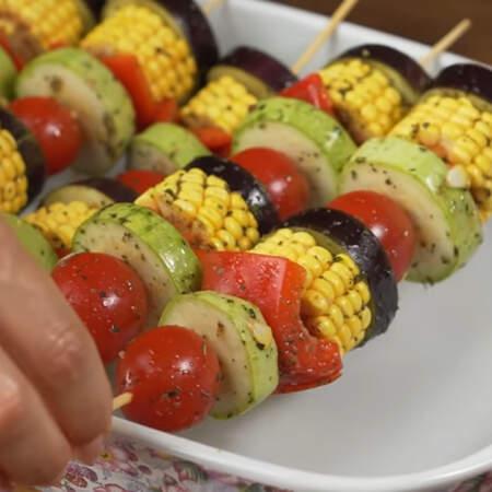 Подготовленные шашлычки перекладываем в форму для запекания. Кладем так, чтобы овощи не касались дна формы.