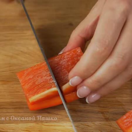 Берем один сладкий мясистый перец и срезаем у него верхнюю и нижнюю часть. Вырезаем серединку с семенами. Перец нарезаем широкими полосками. Получившиеся полоски разрезаем еще раз поперек, чтобы получились меньшие кусочки.