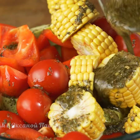 Приготовленным маринадом поливаем все овощи сверху.