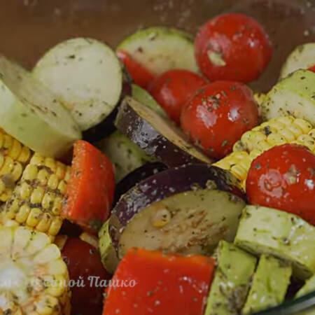 Перемешиваем так, чтобы маринад распределился по всем овощам. Оставляем мариноваться на 15 минут.