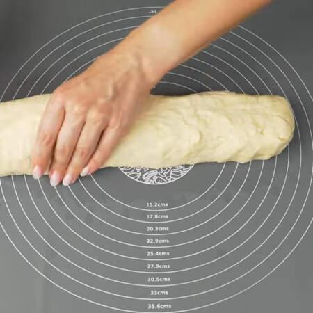 Готовим пирожки. Берем тесто и придаем ему продолговатую форму.