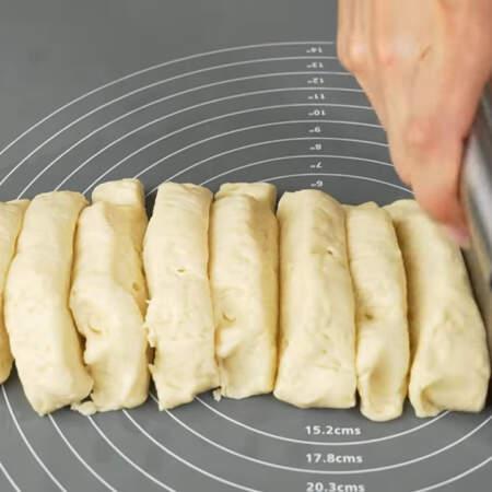 Тесто разделяем на 12 примерно одинаковых частей.