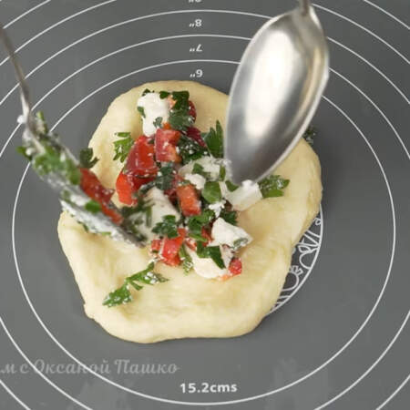 На получившуюся лепешку кладем начинку с фетой и перцем.