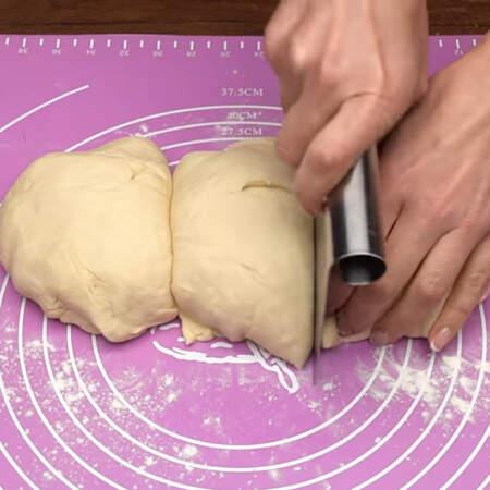 Тесто уже подошло. Вынимаем его из миски и перекладываем на стол. Готовое тесто разделяем на 3 примерно одинаковых части.