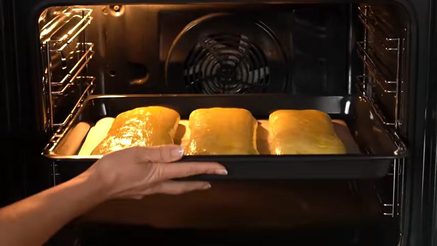 Противень ставим в духовку разогретую до 180 град. Выпекаем примерно 30-35 минут. Готовые Рулеты с маком вынимаем из духовки и даем им остыть.