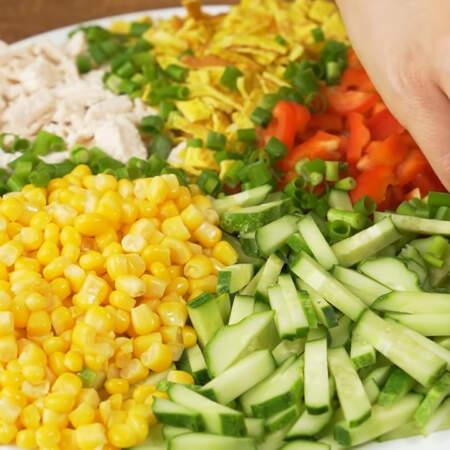 Все ингредиенты красиво поправляем вилочкой. Между ними выкладываем полоски из зеленого лука.