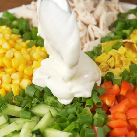 Приготовленный соус выкладываем в центр салата. Салат готов можно подавать на стол.