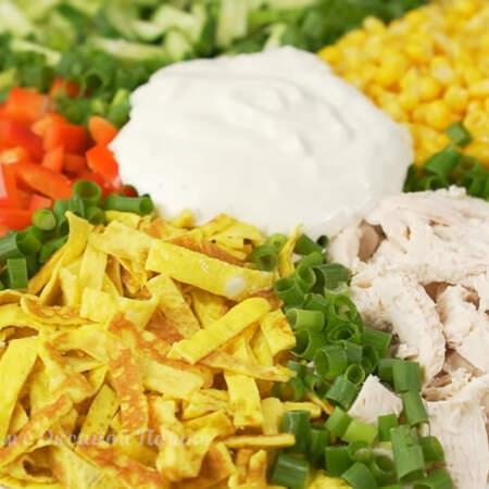 Салат Калейдоскоп получился очень красивым и вкусным. Яркие краски овощей придают салату особую красоту и нарядный вид. Готовится такой салат несложно и из доступных продуктов. Также этот салат можно заправить майонезом.