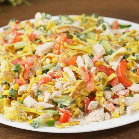 Такой салат можно приготовить заранее, а соус выложить перед самой подачей. Уже на столе салат перемешиваем и раскладываем по тарелкам.
