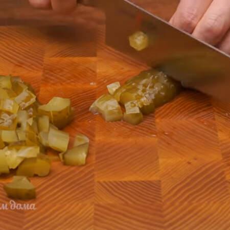 2 соленых огурца тоже нарезаем кубиками.