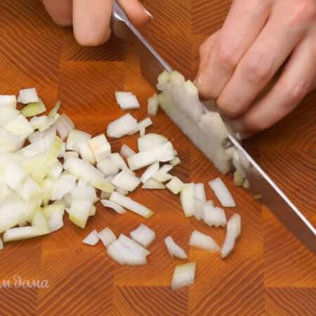 2 луковицы небольшого размера нарезаем кубиками.