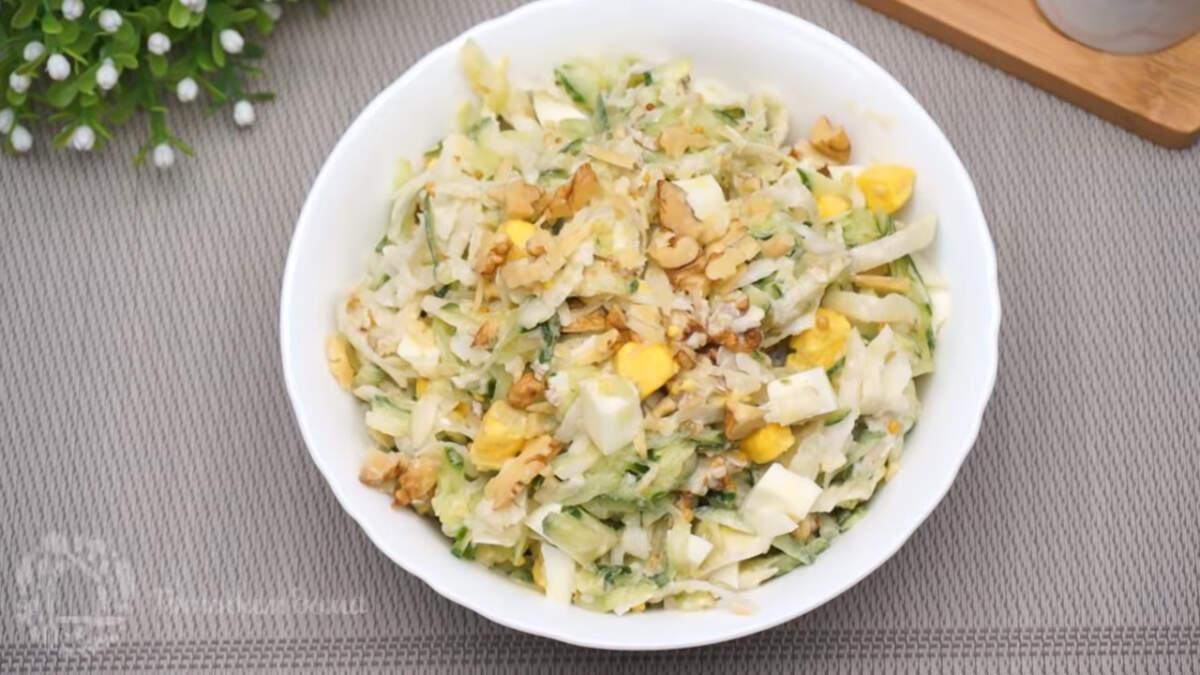 Салат готов, можно подавать на стол. Салат с дайконом и огурцом получился очень вкусным и легким. Готовится такой салат быстро и отлично подходит на каждый день. Обязательно приготовьте такой салат, это вкусно и витаминно.