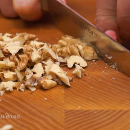 30 г уже очищенных грецких орехов мелко нарезаем ножом.