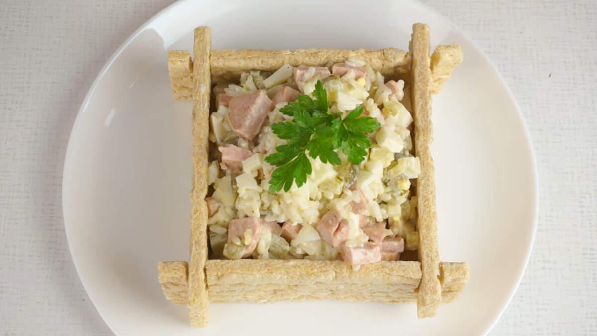Несмотря на свою простоту салат полчился очень вкусным и к тому же, с оригинальной подачей. Обязательно приготовьте такой салат, не пожалеете.