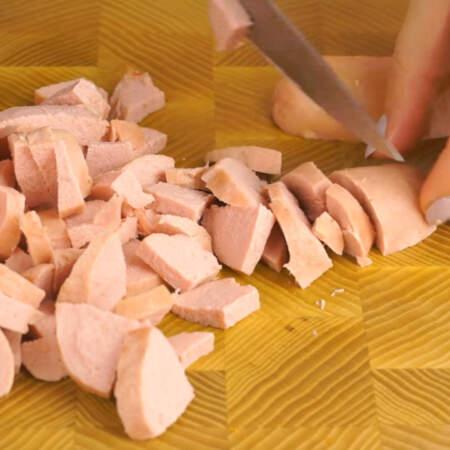 Сперва нарезаем все ингредиенты. Сардельки разрезаем вдоль на 4 части, а затем нарезаем кусочками.