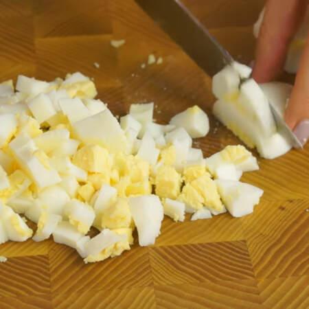 Вареные яйца тоже нарезаем кубиками.
