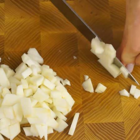 Яблоко чистим от кожуры и сердцевины. Нарезаем его кубиками.