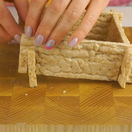 Хлебцы складываем в квадрат и ставим на тарелку.