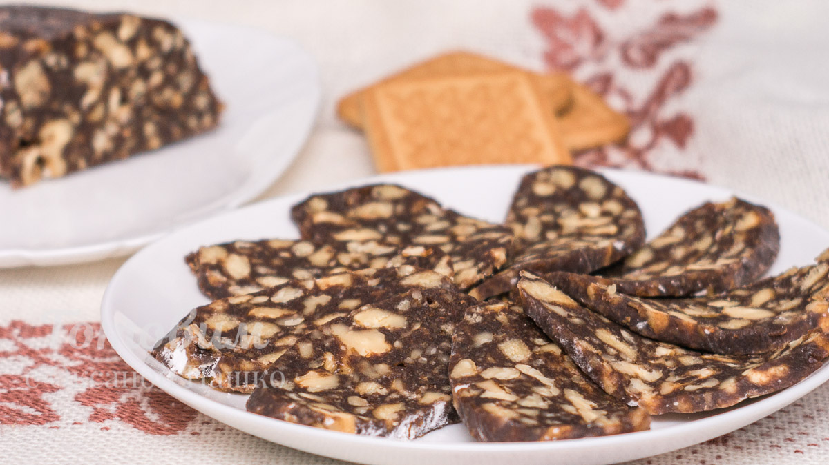 Шоколадная колбаска с орехами