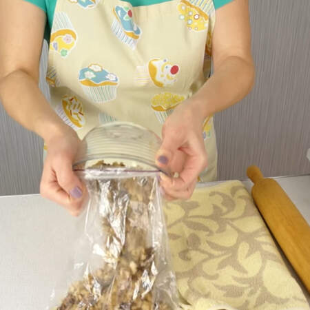Для шоколадной колбаски грецкие орехи нужно измельчить не слишком мелко. Их можно нарезать ножом, но гораздо удобнее вариант с пакетом. В плотный пакет складываем орехи, закрываем или завязываем его.
