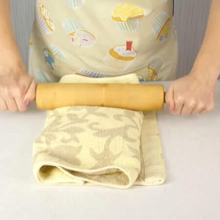 Орехи в полотенце прокатываем скалкой.