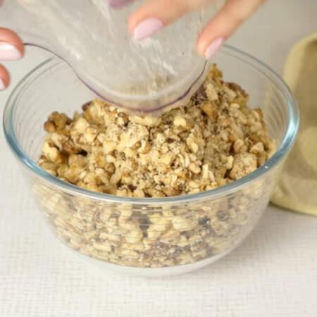 Орехи должны получиться раздробленные, но не сильно мелкие. Пересыпаем их в мисочку.