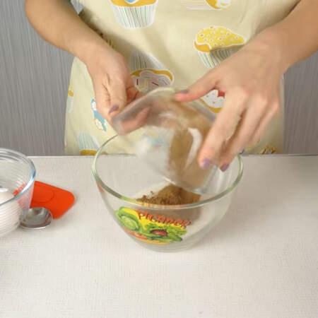 В отдельной миске смешиваем сахар и какао.