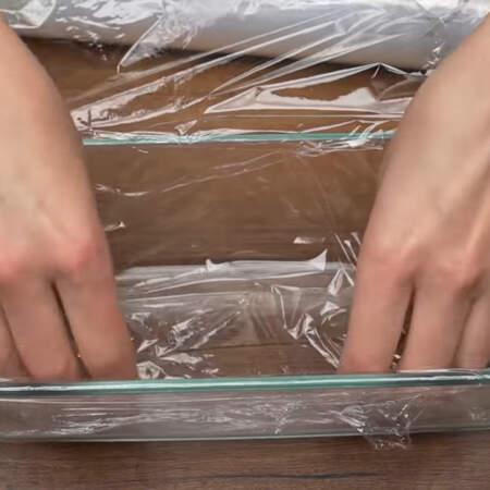 Форму, в которой будем складывать торт, застилаем пищевой пленкой. Это делается для того, чтоб его было легче достать. Размер моей формы 25 * 11 см.