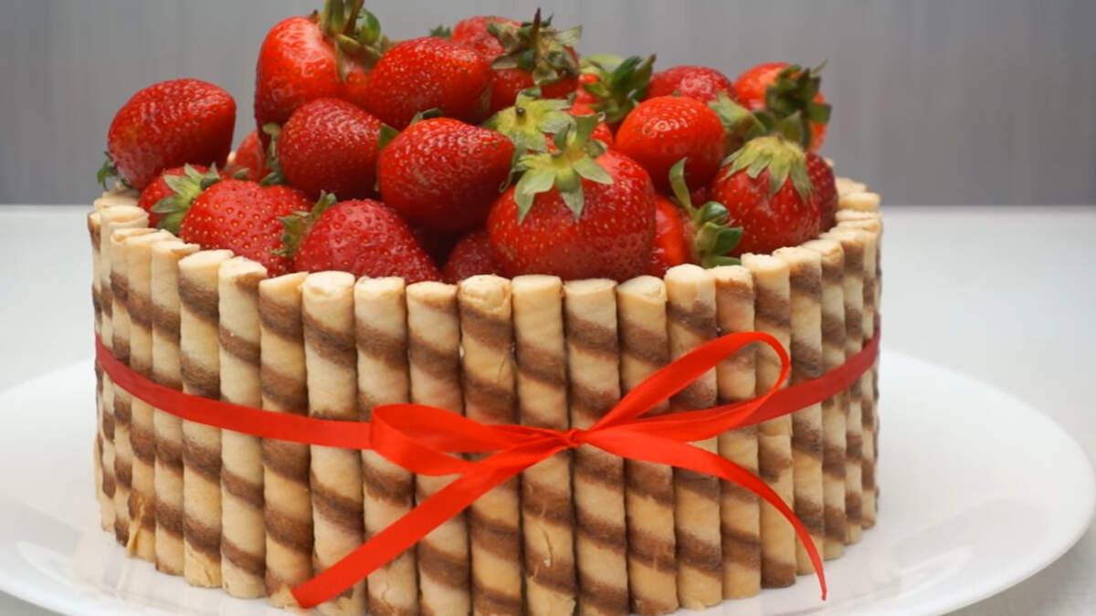 Творожный торт с клубникой получился очень нежным и с приятным сливочно-ягодным вкусом. Такой десерт без сомнения станет вашим самым любимым в сезон клубники.