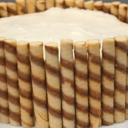 Трубочки приклеиваем к бокам торта.
