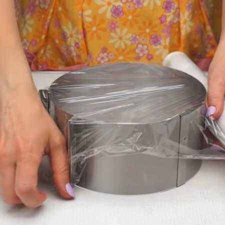 Подготавливаем форму, в которой будем складывать торт. Я взяла кулинарное кольцо и выставила размер 18 см. В качестве дна я использую пищевую пленку.