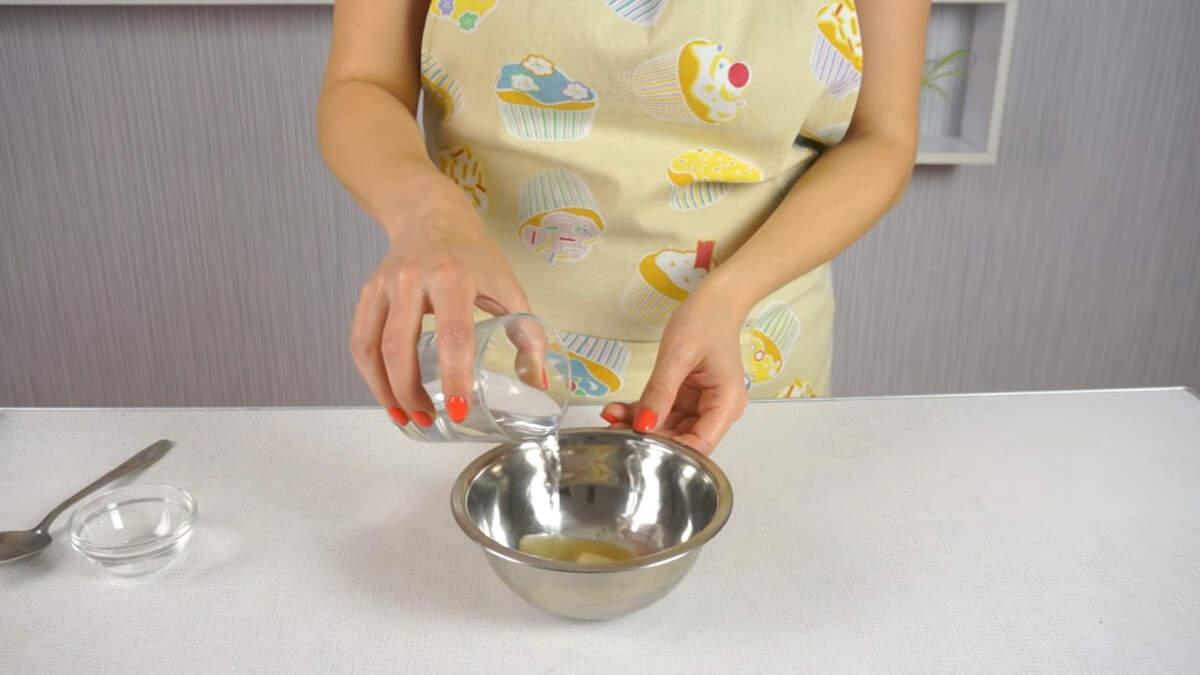 В миску насыпаем 15 г желатина и наливаем 75 мл воды. Перемешиваем и оставляем набухать