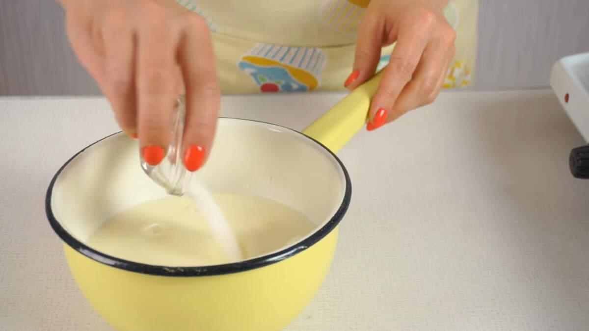 Пока выпекаются бисквиты займемся приготовлением начинки.  В кастрюлю наливаем 400 мл молока, насыпаем 10 г ванильного сахара и ставим закипать на огонь.