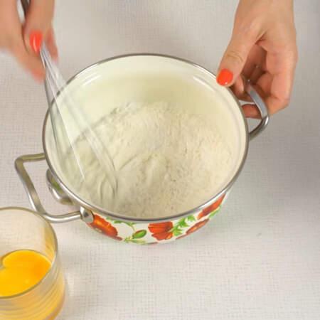 Пока нагреваем молоко, в другую кастрюлю насыпаем 100 г сахарной пудры, 1 ст.л. муки и 1 ст.л. крахмала. Все перемешиваем.