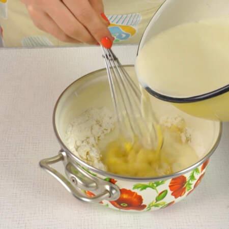 Затем выливаем все остальное молоко, перемешиваем и ставим кастрюлю на огонь.