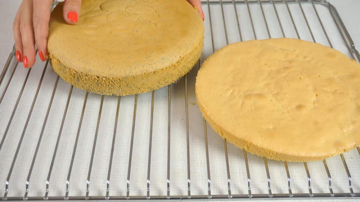 К этому времени бисквиты испеклись и немного остыли, вынимаем их из форм, снимаем пергаментную бумагу и кладем на решетку остывать.