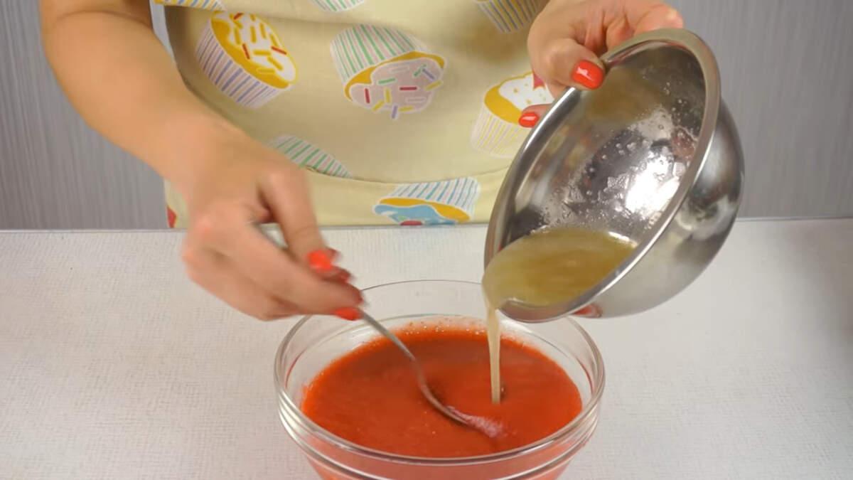 Растопленный желатин наливаем в клубничную смесь. Все хорошо перемешиваем.