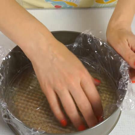 Подготавливаем две формы для заливки клубничного желе. Формы выстилаем пищевой пленкой. Диаметр формы 21 см.