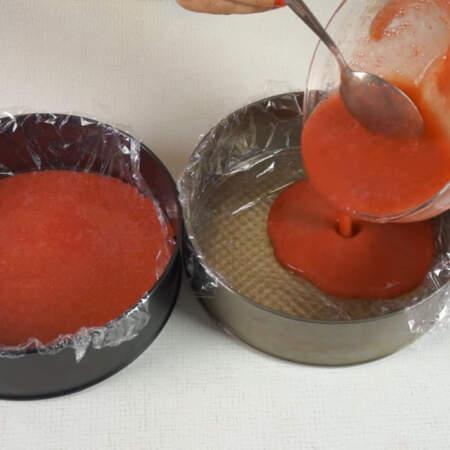 Клубничное желе разливаем в две формы, поровну в каждую. Распределяем желе по формам и ставим застывать в холодильник.