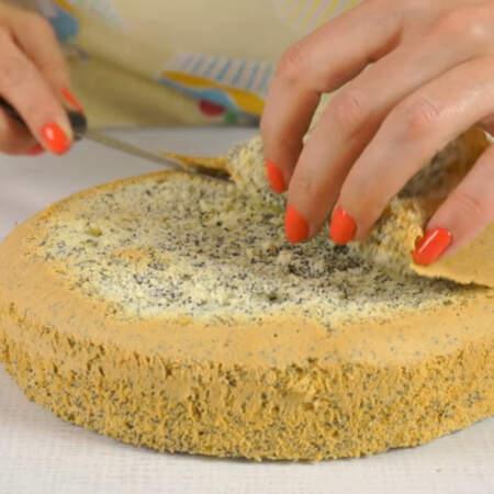 Крем готом, подготовим бисквиты. У бисквитов срезаем верхнюю корочку, это можно и не делать, но тогда торт в разрезе будет не такой красивый и ровный.