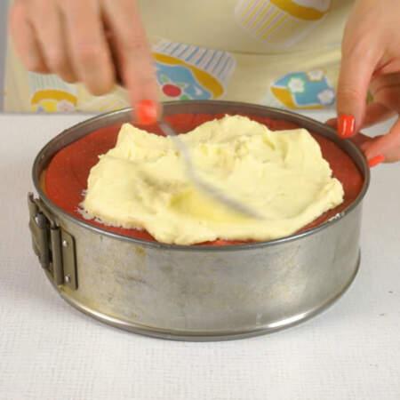 На него кладем второе желе. Опять наносим слой из крема. Завершаем сборку маковым бисквитом.