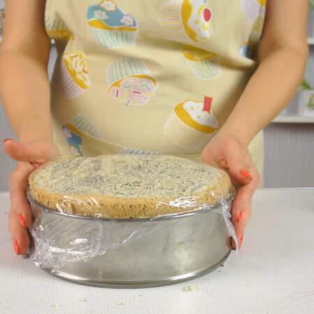Торт сверху накрываем пищевой пленкой и ставим настаиваться на ночь в холодильник.