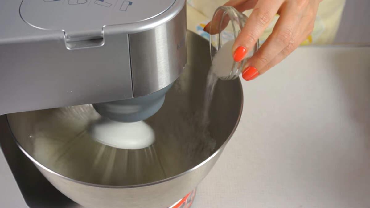 Сначала начинаем взбивать на низкой скорости, постепенно ее увеличивая до максимума. В процессе взбивания в белки добавляем 10 г ванильного сахара.