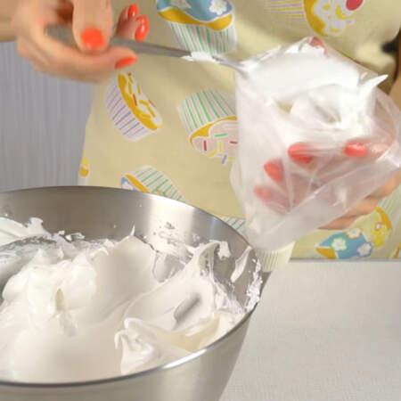 Крем перекладываем в кулинарный мешок и начинаем украшать торт.