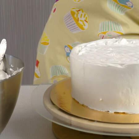 Если на поверхности торта образовались ямки, то заполняем их кремом и опять выравниваем шпателем. Повторяем такую процедуру до тех пор, пока не удовлетворит результат.